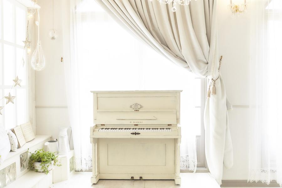 白いピアノナチュラルグリーン・アンティーク塗装