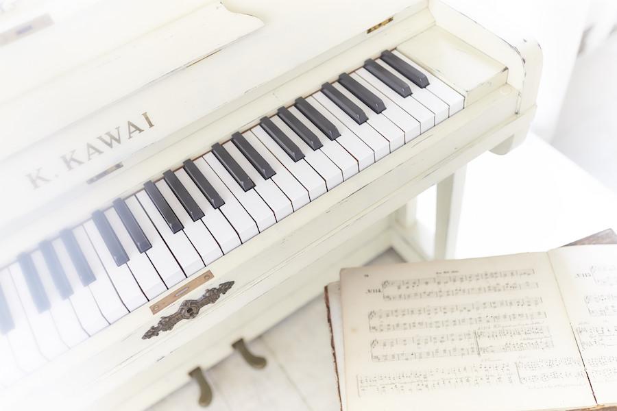 白いピアノナチュラルグリーンアンティーク塗装